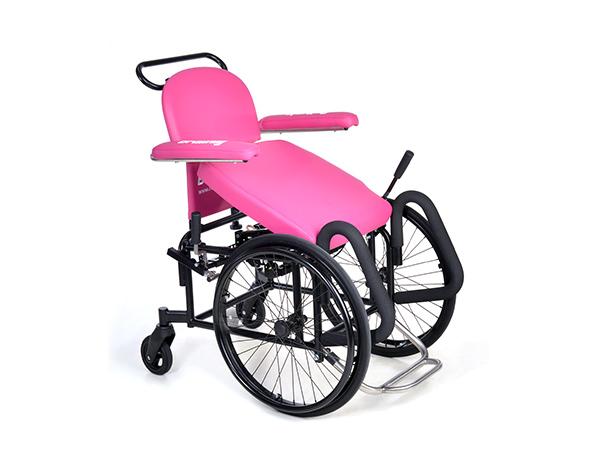 Rollstuhl mit Aufstehhilfe