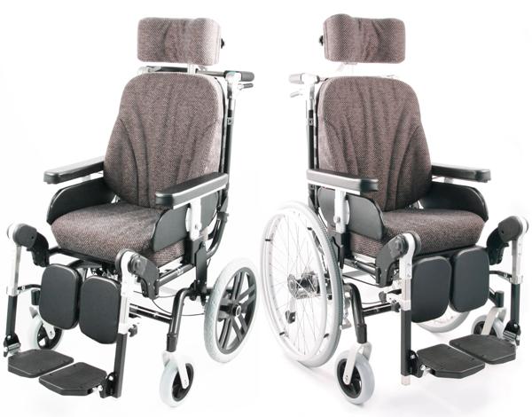 Zwei Versionen des gleichen Rollstuhls. Einmal mit kleinen Hinterrädern, einmal mit 24 Zoll Hinterrädern.
